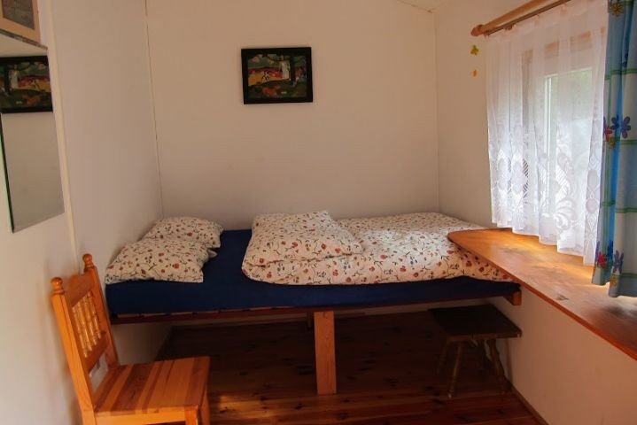 kleines Schlafzimmer mit Doppelbett (ca.7qm groß)-Eingang direkt von der Terrasse. Perfekt im Sommer