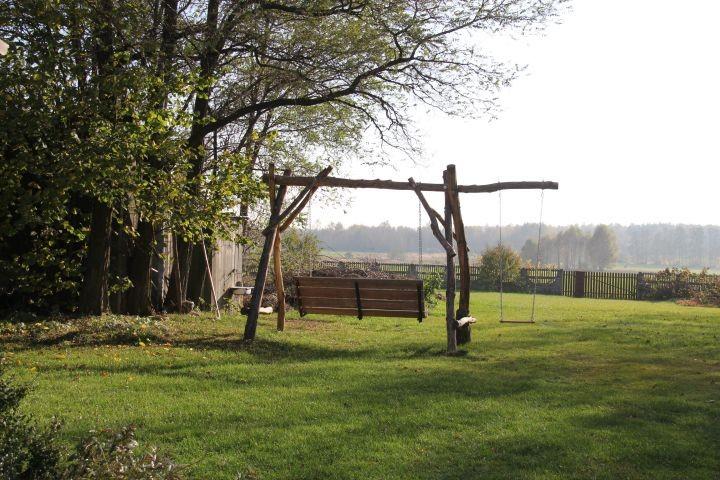 Die Schaukel im Garten und freier Blick auf die Felder