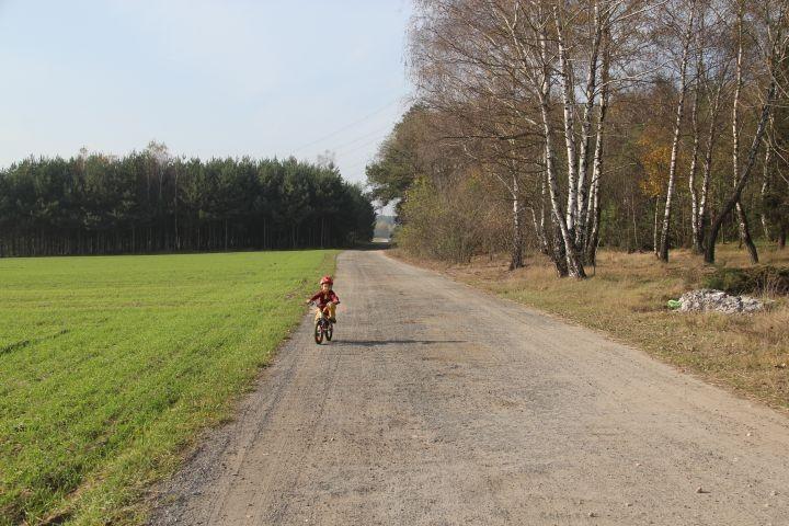 5 Min vom Grundstück entfernt - die kaum befahrene Dorfstrasse
