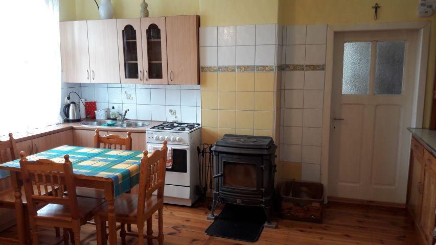 Küche/Wohnzimmer mit dem kleinen Kamin-man sieht die Tür zum Schlafzimmer
