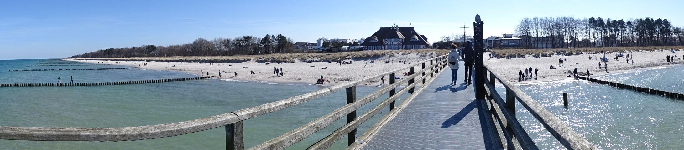Blick von Seebrücke zur Küste