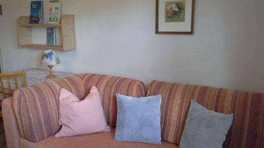 Couch, Tisch im neuen Schlafzimmer