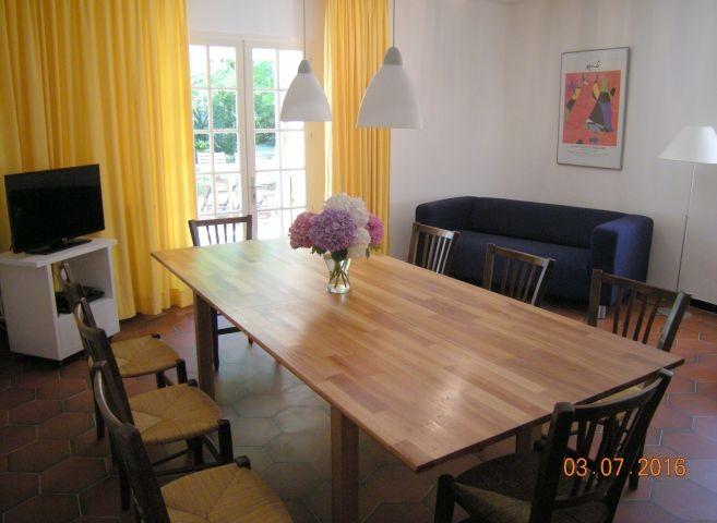 Wohnzimmer mit Esstisch und Tür zur Südterrasse