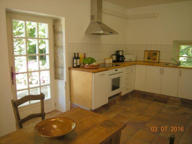 Küche mit Fenstertür zum Garten