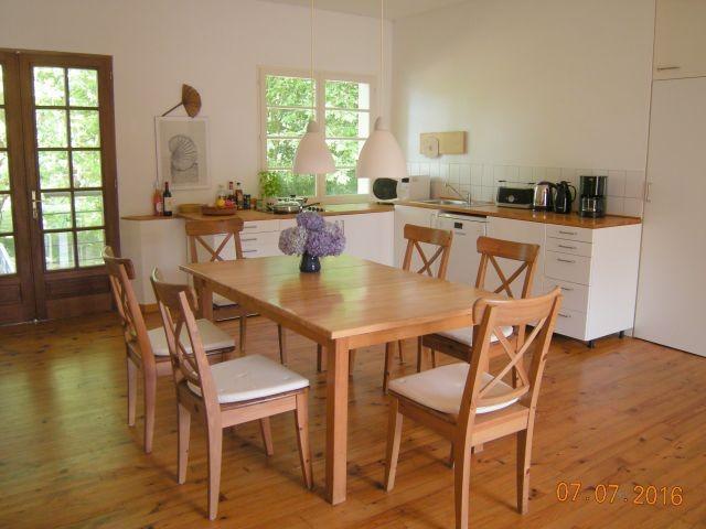 Küchenzeile und Esstisch im Wohnraum