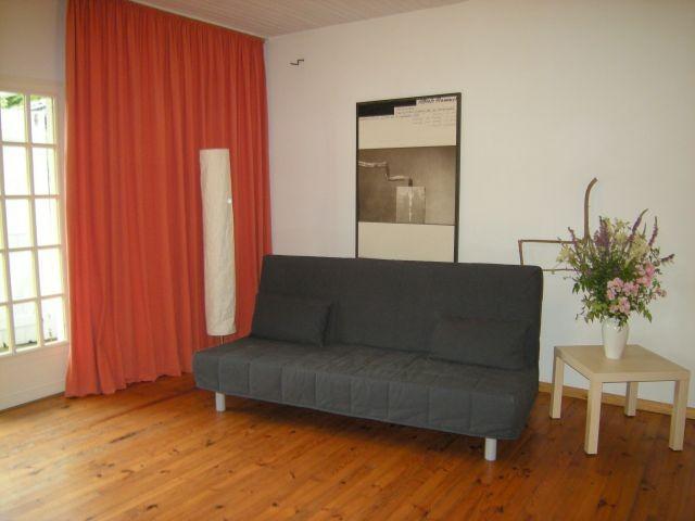 Sofa im Wohnraum, TV gegenüber nicht im Bild