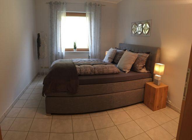 kleines Schlafzimmer mit Boxspringbett