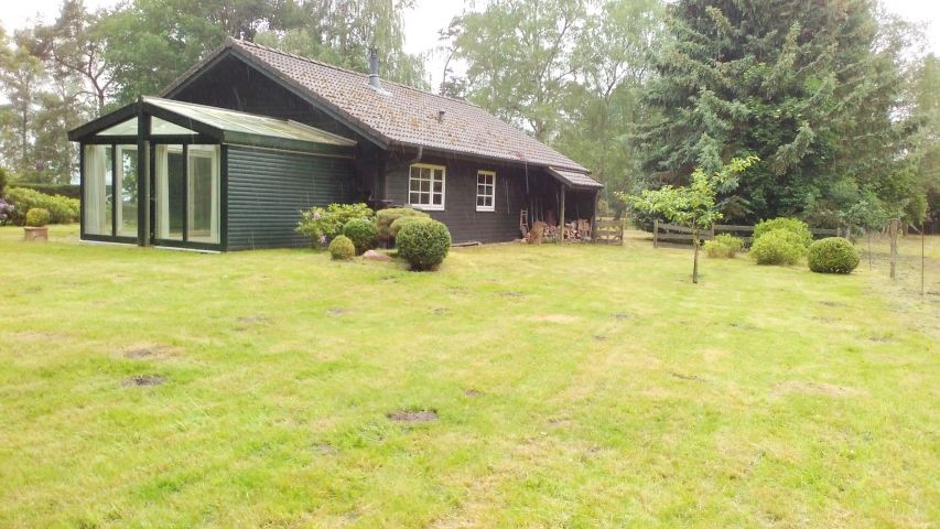 Haus am See mit eingezäuntem Grundstück