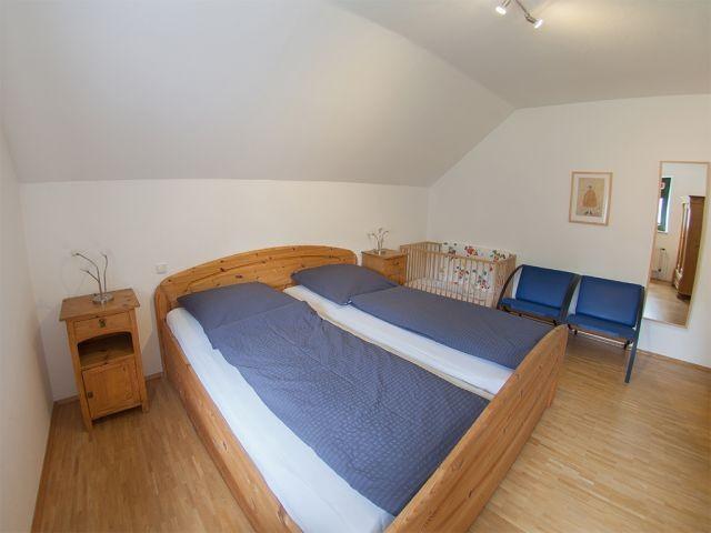 Schlafraum 1 auch mit Kinderbett