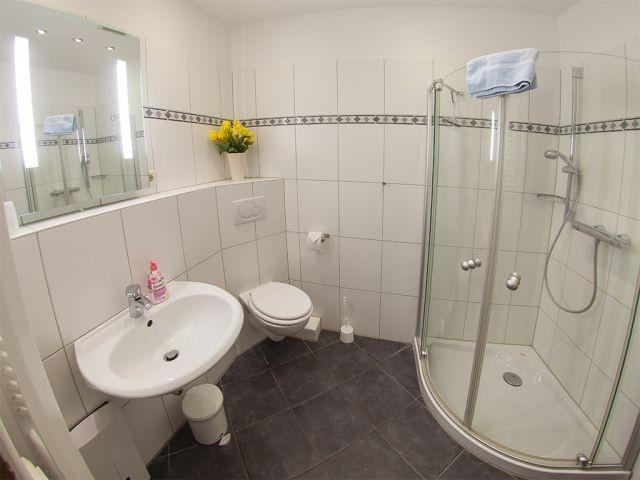 Modernes Duschbad mit Komforteinstieg