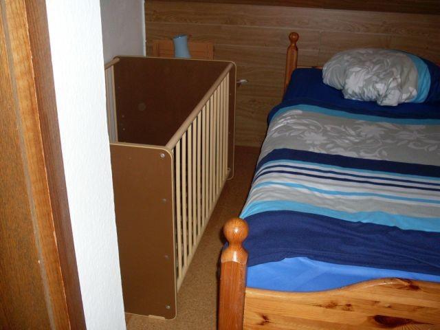 Schlafzimmer mit zustellbaren Kinderbett