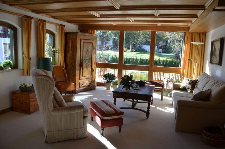 Getäfelte Wohnzimmerdecke und bemalter Schrak