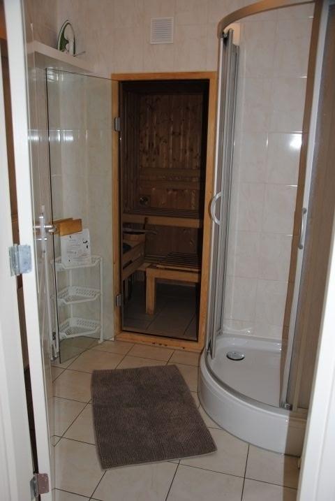 Sauna im Erdgeschoß mit Dusche, Waschbecken