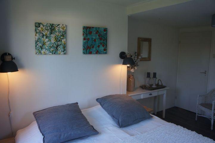Schlafzimmer mit Boxspringbetten und Kleiderschrank