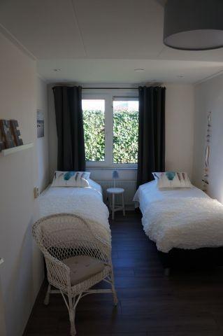 Schlafzimmer mit zwei Boxspringbetten und Kleiderschrank