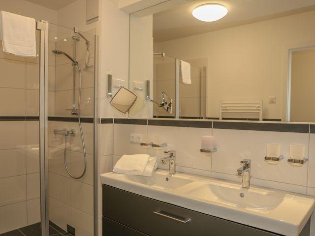 Badezimmer mit komfortablem  Waschtisch