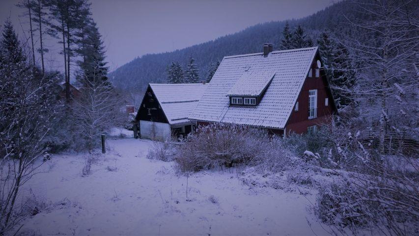 Haus mit Stall im Winter