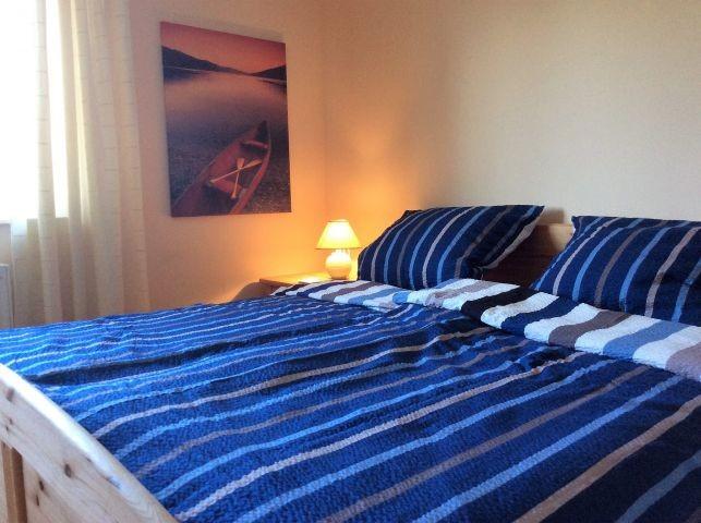 Schlafzimmer 1 mit Doppelbett und Kinderbett
