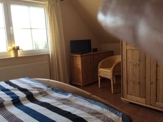 Schlafzimmer 2 mit Fernseher und Doppelbett