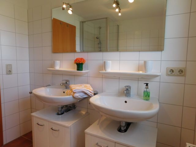 Bad mit Doppelwaschbecken, Dusche, Bidet und WC im OG
