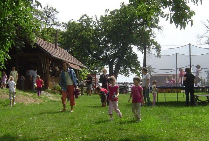 Kinder am Nostalgie-Bauernhof
