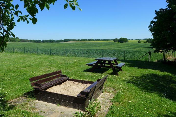 Sandkiste und Picknicktisch im Garten - alter ZAUN