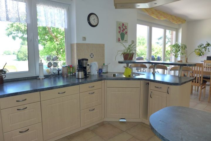 Küche mit Blick auf den Essbereich