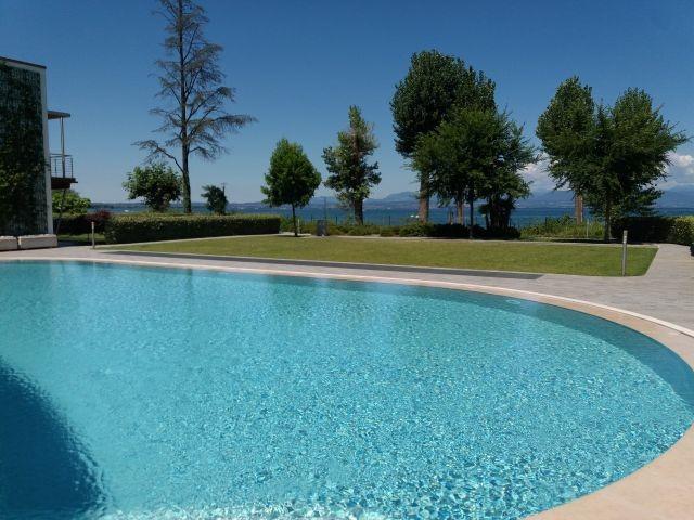 Der Pool in der Ferienanlage
