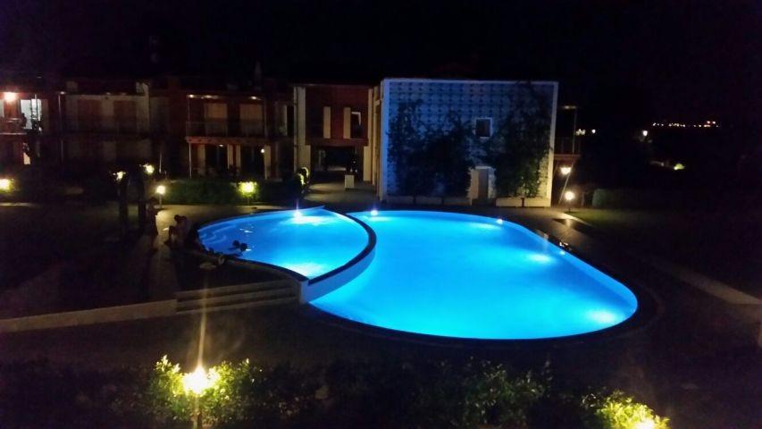 Der Pool am Abend - Sicht vom Balkon