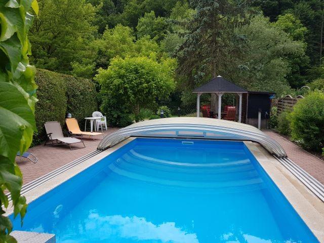 ferienhaus mit pool whirlpool gr garten mit zaun. Black Bedroom Furniture Sets. Home Design Ideas