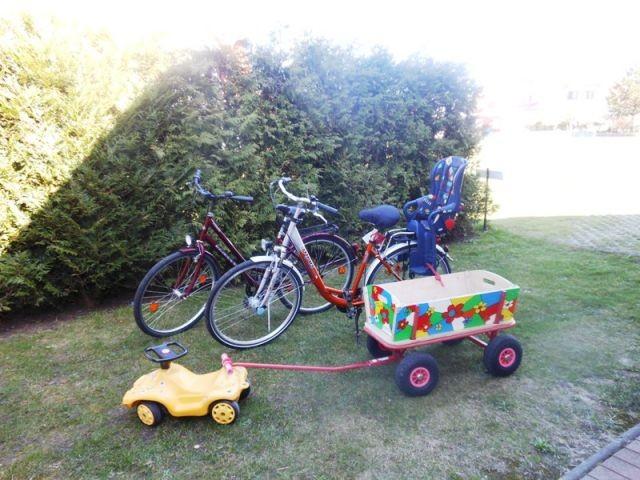 2 Fahrräder und 1 Bollerwagen stehen zur Verfügung