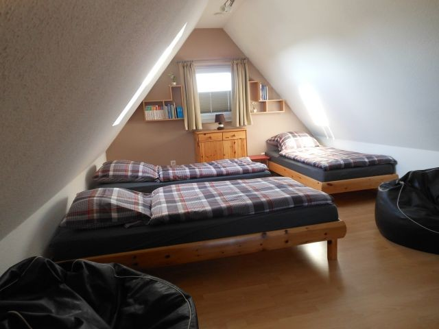 Dreibettzimmer mit TV
