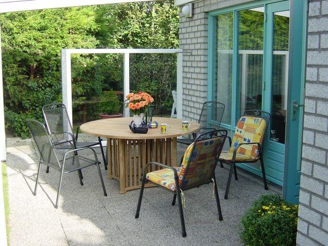 Terrasse mit Tisch und 6 Stühlen