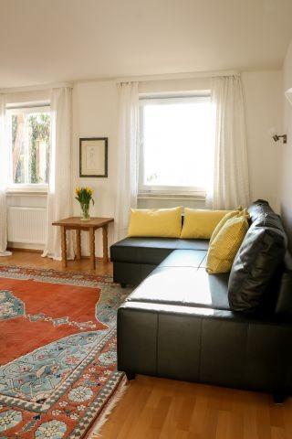 Helles Wohnzimmer mit gemütlichem Ecksofa