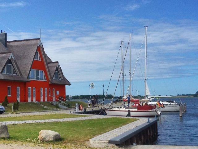 Yachthafen mit Blick a. Hafengebäude