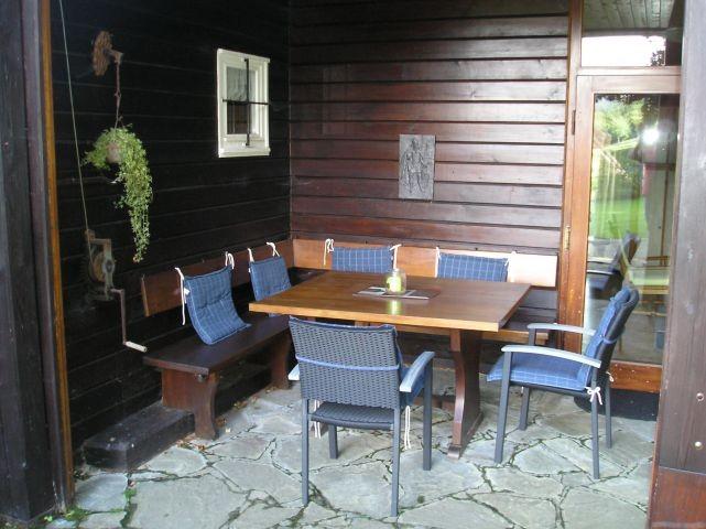 Sitzgruppe unter Teilüberdachung große Terrasse