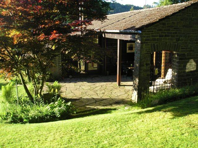 Blick vom Garten auf große Terrasse