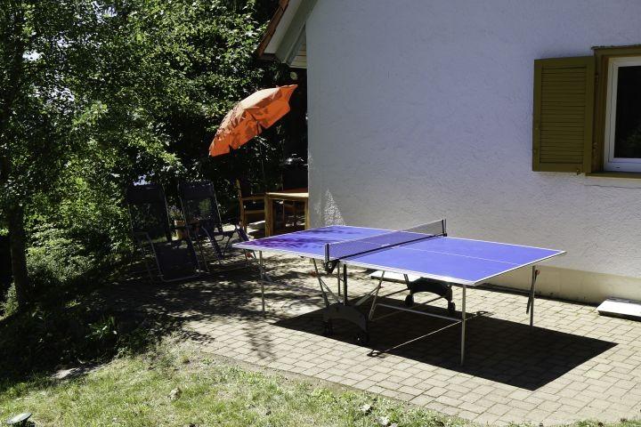 Seitliche Terrasse mit Tischtennisplatte