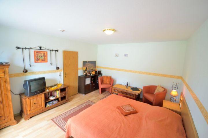 Wohnschlafraum mit Doppelbett