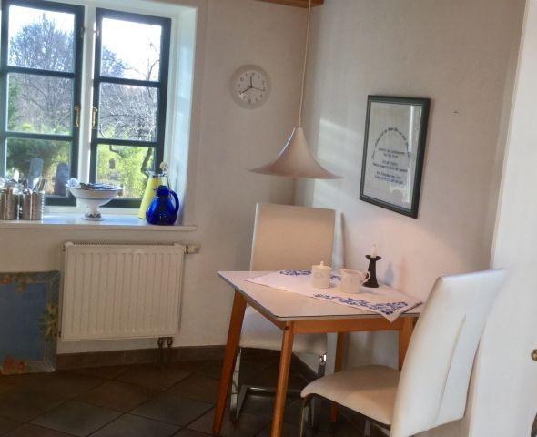 Küche mit kleinem Essplatz und Tür zur Terrasse