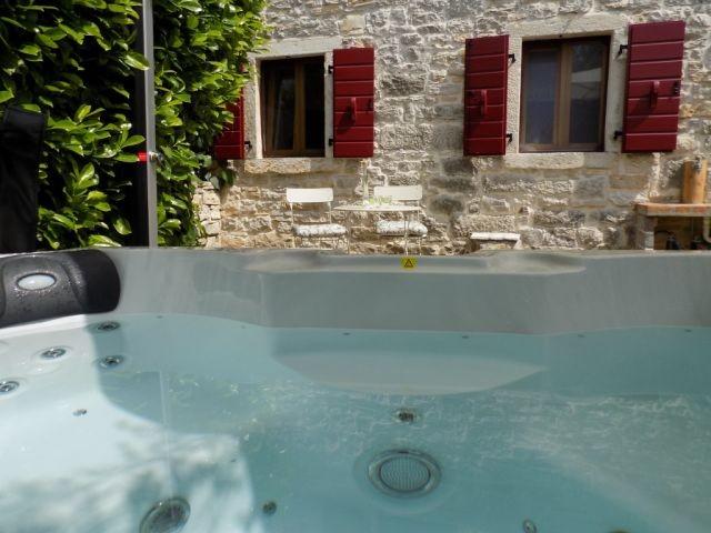 Casa Vera - Rustikales Ferienhaus mit Garten Whirlpool