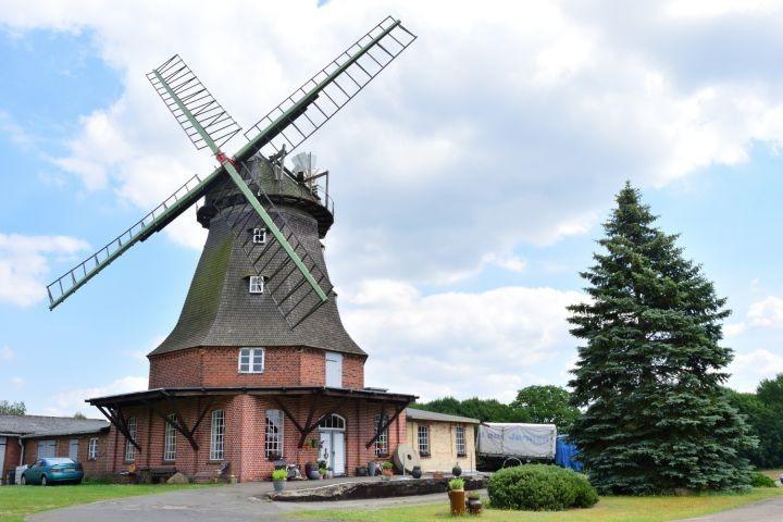 Windmühle im Ort