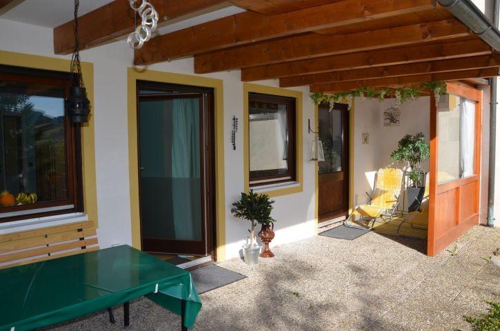 Überdachte, teilverglaste Terrasse im Gartengeschoss