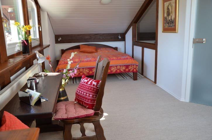 Galerie-Schlafzimmer mit Sitzecke und Bad