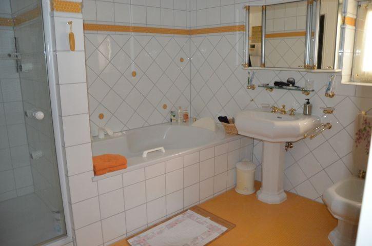 Elegantes Bad mit Wanne, Dusche, WC, Bidet, Waschtisch, Sauna