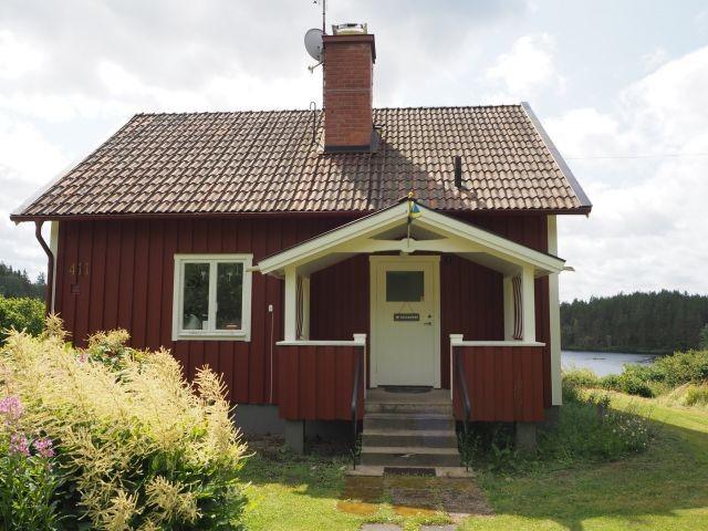 Das Haus von vorne, im Hintergrund der See