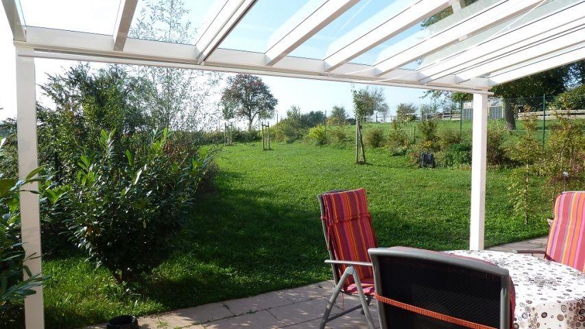 überdachte Terrasse - Blick in den Garten