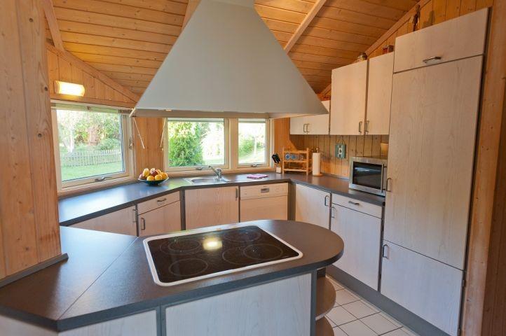 Offene, komplett eingerichtete Küche