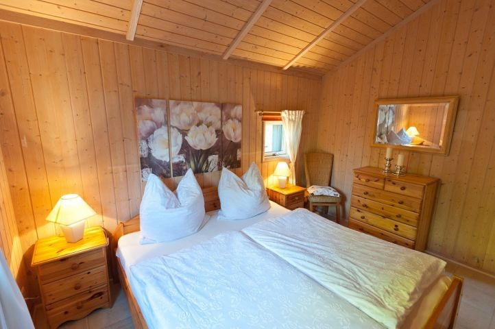 großes Schlafzimmer mit Doppelbett