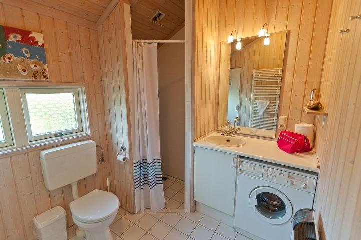 Bad mit ebenerdiger Dusche, WC und Waschmaschine